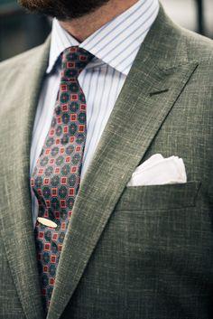 peak-lapel-suit-spread-collar-four-in-hand