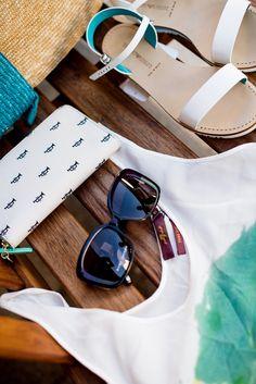 Sommer Outfit - #Fossil Geldbörse, Sonnenbrille von #SunglassTime, T-Schirt von #7forAllMankind, Sandalen von #Armani im #DesignerOutletParndof