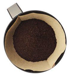 Y utiliza sobrantes de café molido para abonar tu tierra y repeler bichos. | 30 trucos de jardinería extremadamente ingeniosos