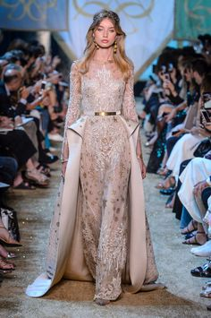 Find tips and tricks, amazing ideas for Elie saab. Discover and try out new things about Elie saab site Fashion Week, Runway Fashion, Fashion Show, Fashion Design, Couture Dresses, Fashion Dresses, Style Haute Couture, Elie Saab Couture, Collection Couture