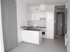 Dans un petit immeuble calme, à 2 min du métro, bel appartement rénové offrant un beau séjour parqueté, une cuisine ouverte entièrement équipée, une chambre et une salle-de-douche. A voir !