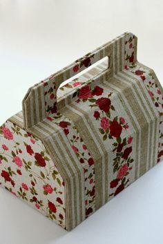 先日のカルトナージュのレッスンで作った作品です。外側の布は2種類使っています。参考LeCartonDominiqueAugagneur著組み立てるときに先...