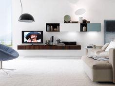 un meuble tv suspendu en bois dans le salon blanc