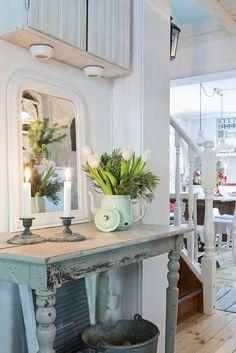 Love the table. Gorgeous flower vase idea.