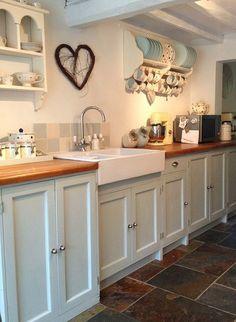 Heel mooi!   Mooie tussendeur.  In plaats van keukenkastjes mooie schappen.  Pastelkeuken.  Cottage slaap...