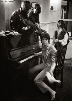 """Hola amigos y amigas de T!: les dejo unas muy buenas y curiosas fotos de Los Beatles en lo que se denominó el """"Mad Day Out"""", un día completo de sesiones fotográficas publicitarias en diferentes locaciones de Londres. A principios del verano de 1968,..."""