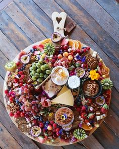 Forget Grazing Tables: Grazing Platters Are Now a Thing! Forget Grazing Tables: Grazing Platters Are Cheese Board Display, Charcuterie And Cheese Board, Charcuterie Platter, Cheese Boards, Charcuterie Display, Food Platters, Cheese Platters, Grazing Tables, Snacks Für Party