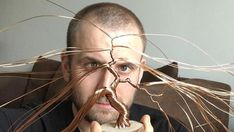 Watching a good artist at work can be truly captivating. That's certainly the case when watching English artist Andy Elliott, who used feet of copper wire to create an extremely intricate. Wire Art Sculpture, Small Sculptures, Tree Sculpture, Wire Earrings, Wire Jewelry, Beaded Jewelry, Handmade Jewelry, Fantasy Wire, Bonsai Wire