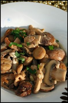Fried mushrooms and chestnuts in white wine - Cuisine - Meat Recipes Meat Recipes, Healthy Dinner Recipes, Vegetarian Recipes, Food Porn, Mushroom Recipes, Stuffed Mushrooms, Fried Mushrooms, Edible Mushrooms, Healthy Eating