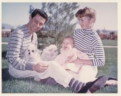 eddie fisher with debbie reynolds and carrie fisher Debbie Reynolds Carrie Fisher, Carrie Frances Fisher, Classic Actresses, Classic Movies, Actors & Actresses, Hollywood Actresses, Old Movies, Vintage Movies, Vintage Hollywood