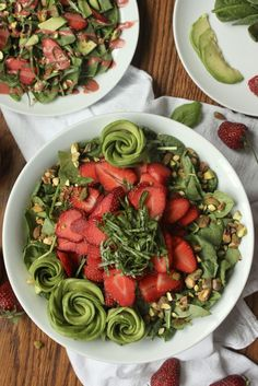 Eating healthy doesn't have to be boring! Fresh basil strawberries creamy avocado and crunchy pistachios top this delicious and healthy spinach salad! Topped with a creamy strawberry balsamic vinaigrette this salad is compliant vegan dairy-fr Avocado Spinach Salad, Spinach Strawberry Salad, Best Gluten Free Recipes, Whole 30 Recipes, Keto Recipes, Chilis Menu, Strawberry Balsamic, Salad Dressing Recipes, Pistachios