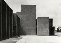 Louis Kahn First Unitarian Church of Rochester Rochester New York Brick Architecture, Landscape Architecture Design, School Architecture, Architecture Photo, Installation Architecture, Louis Kahn, Luigi Snozzi, Cool Landscapes, Modern Buildings