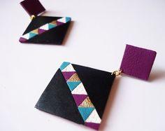 Boucles d'oreilles confectionnées à la main de formes graphiques - carré en cuir recyclé - Noir Bleu Turquoise Blanc Violet - clou d'oreille en laiton plaqué or par Adorness Jewelry