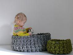 Grob gehäkelte Körbe für Magazine und zur Aufbewahrung aus natürlicher Schurwolle - handmade in Germany - InteriorPark.