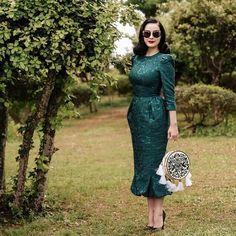 Прекрасная Дита фон Тиз в платье Ulyana Sergeenko Demi Couture, в очках и с сумкой Ulyana Sergeenko Couture на прогулке в Каннах.