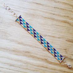 Commencer le week-end en enfilant des perles, c'est ma philosophie de vie ✨ Aujourd'hui, j'ai ressorti le métier à tisser pour un bracelet aux motifs géométriques et aux couleurs automnales. Bon week end ☀️ #jenfiledesperlesetjassume #jenfiledesperlesetjaimeca #perlesaddict #perlesaddictanonymes #perlesmiyuki #tissagedeperles #passiondiy #creavenue #motifetoilespistache #etoilespistache