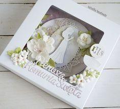 Pamiątka komunijna/First Communion card First Communion Cards, First Holy Communion, Kirigami, Iris Folding, Flower Template, Frame Crafts, Cute Cards, Shadow Box, Party
