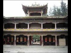 #Kumbum monastery. Un des plus importants monastères de la Secte des Bonnets jaunes (celle du Dalai Lama) dans le #Qinghai On peut rejoindre Xining en train depuis Lanzhou (Gansu), un très beau voyage avec de splendides paysages. Beaucoup de pélerins tibétains viennent ici en marchant, portant leurs magnifiques tenues traditionnelles.