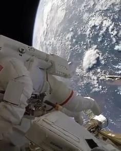 Science Discover Up here we all float Google Earth, Digital Foto, Exploration, Sites Online, Flat Earth, Space And Astronomy, Space Travel, Life Memes, Outer Space