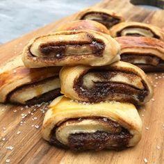 Kanelgifler | | Mummum Danish Dessert, Danish Food, Cake Recipes, Snack Recipes, Dessert Recipes, Delicious Desserts, Yummy Food, Miniature Food, Let Them Eat Cake