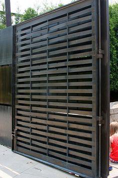 Este es la puerta. Es negro y grande.