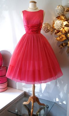 Vintage Pretty in Pink Party Dress Fashion Moda, 1950s Fashion, Look Fashion, Vintage Fashion, Feminine Fashion, 50s Dresses, Vintage Dresses, Vintage Outfits, Fashion Dresses