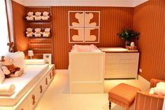 Decoração de quartos para inspirar - A arquiteta Carolina Hirt criou um ambiente aconchegante, mas sem perder as características de um quarto de bebê. Tecido na parede, formas retas e tons fortes, como o laranja, saem do convencional e dão o ar de modernidade