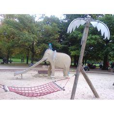 Elefantenspielplatz im Hirschgarten: Der Spielplatz ist sehr schön gelegen (mitten im Hirschgarten) und speziell für kleinere Kinder geeignet.  Ganz in der Nähe finden sich Biergarten
