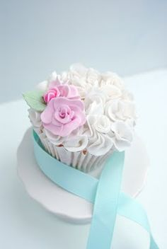 Love, Love, LOVE the flower look. Wonder if it could be done completely without fondant?