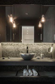 Beton und Metall Badezimmer Eitelkeit mit einem Stein Waschbecken und ein offenes Regal