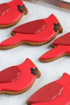 Decorating Cardinals gingerbread cookies - Sweetopia  Perfect for baseball season!