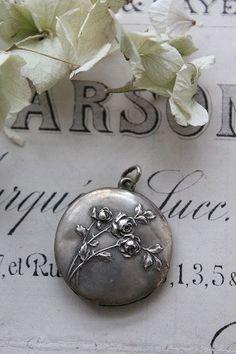 """[Marchandises anciennes et divers] antique bijoux Bague en argent collier de bijoux Broche Rosaire antique et moderne Fuat Coconfouato «soulagement de l'argent de tête 800 pendentif de roses"""" --jewelry--"""