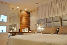Os móveis da suíte são todos compostos por mdf em laca e melamina madeirada. A cabeceira estofada junto com o papel de parede e as luminárias pendentes dá o toque que os proprietários tanto apreciam.