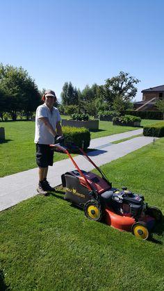 Bernard, l'un de de nos jardiniers, rend les espaces verts impeccables pour le bonheur de nos clients ! #jardinier #exterieur
