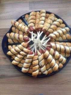 Snacks am Spieß - party snakes - FingerFood İdeen Scones Vegan, Sausage On A Stick, Tapas, Food Platters, Meat Platter, Meat Trays, Snacks Für Party, Food Decoration, Appetisers