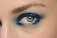 """blue eyes_Prima si delinea con la matita più scura la palpebra superiore, poi si sfuma a piacere il colore. Infine, si sottolinea la rima inferiore """"dimenticando"""" la parte centrale. Con la matita più chiara, si aggiunge un alone di colore all'angolo esterno e interno dell'occhio"""