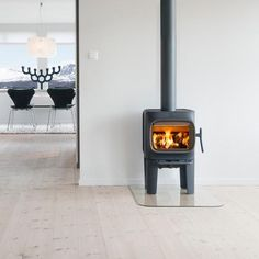 Kaminofen Jotul LL - schwarz - Feuerdepot. Contemporary Wood Burning Stoves, Modern Stoves, Home Fireplace, Fireplace Design, Gas Stoves Kitchen, Wood Stoves, Small Stove, Cast Iron Stove, House Design