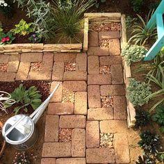 女性で、4LDKのガーデニング/ガーデン/レンガの小道/庭作り/手作りの庭/マイガーデン…などについてのインテリア実例を紹介。「先月作ったレンガの小道。 植物いくつか植えました。来年、再来年の成長を楽しみにしています。 いちばんの楽しみはラダー向こう側に植えたクリスマスローズ。 小さな苗なので咲くのは2~3年後?!なのかな(*´ェ`*)」(この写真は 2016-10-22 10:32:40 に共有されました)