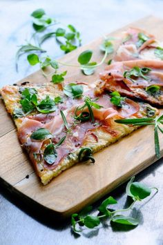 Lovely low carb pizza with cauliflower crust. Topped with Parma ham, blue cheese and slices of apples and last but not least lots and lots of fresh herbs.