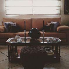My mom's touch 2 . . . #interiorideas #lighting #contemporary #style #interiordesignideas #designinspiration #lamp #rug #modernhome #gold #designideas #interiordesigninspiration #moderninteriors #books  #creativedesign #innovativedesign #architecturelovers #decorations #art #tabletopeasel #veracruz #mexico #modigliani #design #house #home