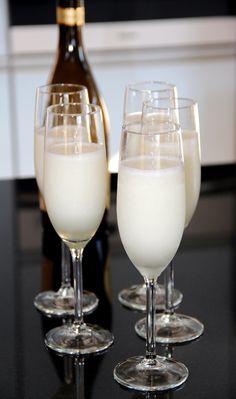 Scroppino: Zet de champagneglazen even in de vriezer.  Klop 1 liter citroensorbetijs met een flinke scheut Limoncello met de staafmixer tot het romig is. Klop dan 1 fles ijskoude Prosecco erdoor tot je een mooie schuimige massa hebt, schenk in de koude glazen en serveer direct. Proost!