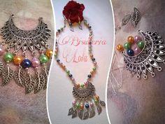 collar con perlas de colores y adornos zamak
