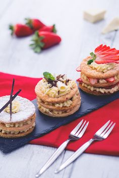 Quando si ha una maxi voglia di dolce, queste #mini #millefoglie con #crema #diplomatica sono l'ideale: perfette da presentare a tavola come #dessert ma anche da proporre come #merenda! Da personalizzare con la crema che si preferisce e con tutta la #frutta #fresca che si desidera! #ricetta #GialloZafferano #italiandessert