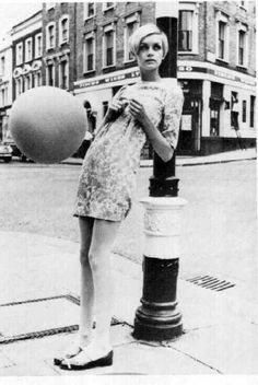 More Twiggy.man when they said she was the *IT* girl, they were not kidding.hard to find many models from the without Twiggy on the page. Mod Fashion, 1960s Fashion, Fashion Models, Vintage Fashion, British Fashion, Fashion News, Estilo Twiggy, Estilo Mod, Mary Quant