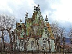 Russian-Armenian haunted house Photo by David Rich Abandoned Buildings, Old Abandoned Houses, Old Buildings, Abandoned Places, Abandoned Castles, Creepy Old Houses, Crazy Houses, Beautiful Architecture, Beautiful Buildings