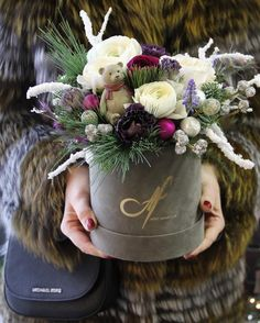 New Flowers Box Ideas Decor Ideas Hat Box Flowers, How To Wrap Flowers, Flower Boxes, Paper Flowers, Christmas Door Wreaths, Christmas Flowers, Winter Flowers, Christmas Crafts, Christmas Floral Arrangements