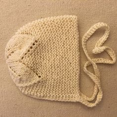 Garter stitch with leaves on crown baby bonnet. Baby Hats Knitting, Knitting For Kids, Baby Knitting Patterns, Crochet For Kids, Knitting Projects, Hand Knitting, Knit Crochet, Knitted Dolls, Knitted Hats