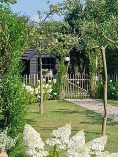 Amazing Gardens, Beautiful Gardens, Black Garden, Garden Cottage, White Gardens, Growing Plants, Dream Garden, Garden Inspiration, Garden Landscaping