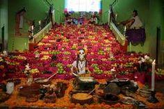 El altar de muertos, también conocido como ofrenda del día de muertos,1 es un elemento fundamental en el conjunto de tradiciones mexicanas del Día de muertos, que consiste en instalar altares domésticos en honor de los muertos de la familia donde se ofrece como ofrenda de alimentos, velas, flores y objetos de uso cotidiano del difunto.
