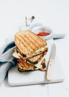 This one sandwich with brie and bacon is sure to be called if you had a tough day yesterday.Maybe you are in bed with a hangover after the pleasant K. Delicious Sandwiches, Wrap Sandwiches, Feel Good Food, Dutch Recipes, Bacon, Soul Food, Food Inspiration, Healthy Snacks, Food Photography